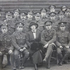Mrs Ruth Dearbergh, VAD, with soldiers | HALS Ref DE/X 1030